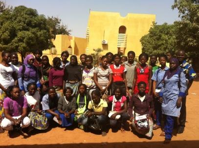 Groupe de jeunes filles du centre FAWE formé par l'Ecole de leadership